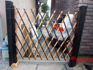 庭とガレージの間に作った蛇腹ドア